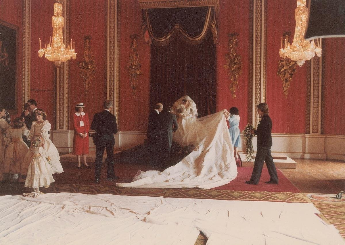 unpublished-photographs-princess-diana-princes-charles-wedding (8)